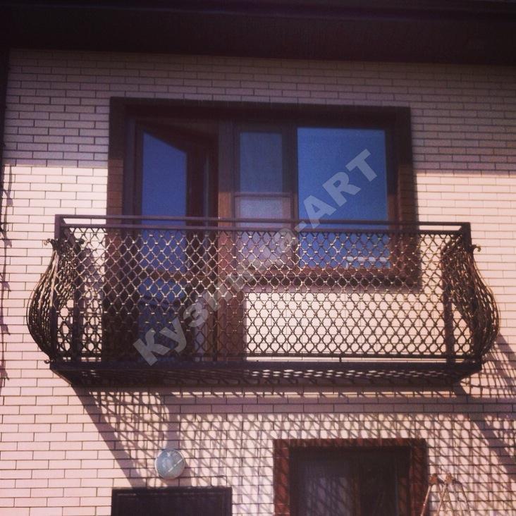 Закрепить кованное ограждение на балконе..