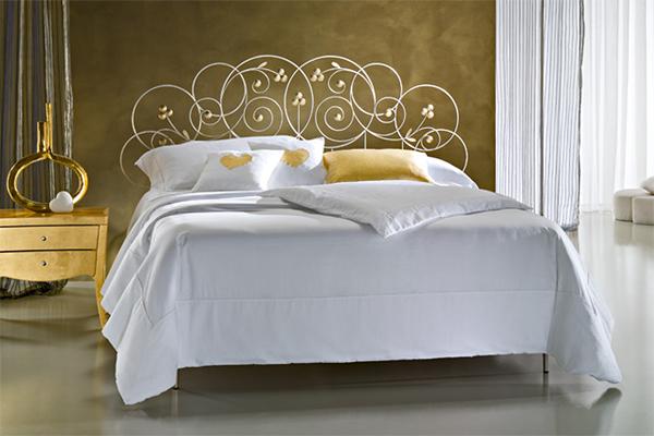 Кованая кровать с цветами