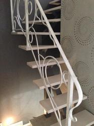 Кованое ограждение лестницы с фактурой