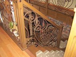 Кованые перила с деревянным поручнем и столбами