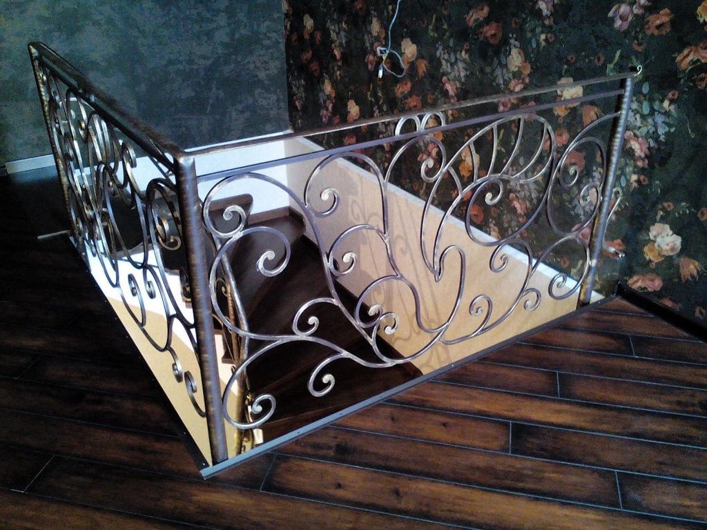 Кованые ограждения с металлическим поручнем