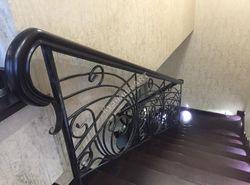 Кованые перила для лестницы с деревянным поручнем