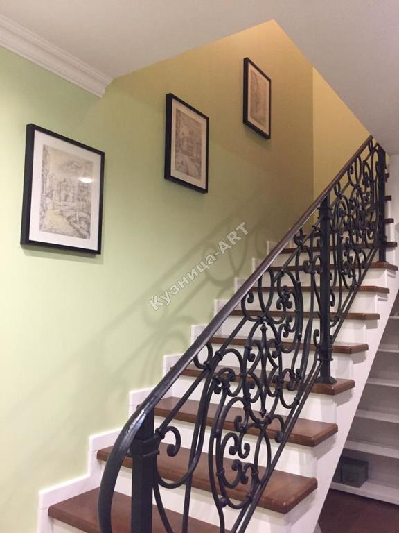 Перила для лестницы с кованым поручнем