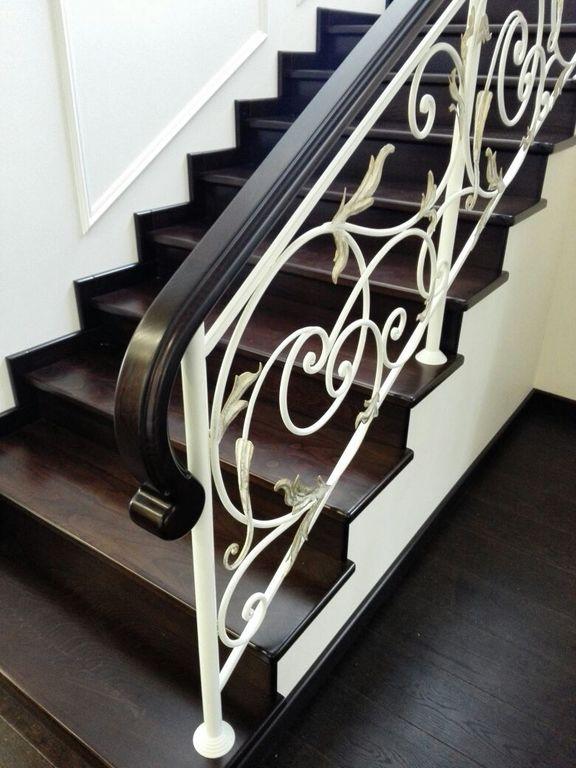 Классические кованые перила для лестницы с деревянным поручнем