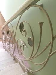 Винтовые кованые перила с вставками из витражного стекла
