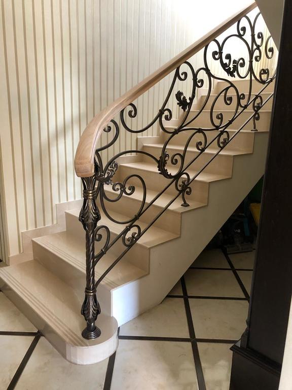 Перила для лестницы с деревянным поручнем
