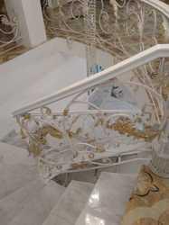 Кованые перила с деревянным поручнем