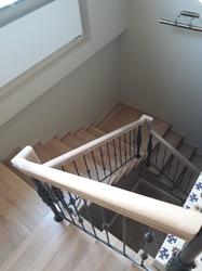 Кованые перила для лестницы с деревянным поручнем в классическом стиле