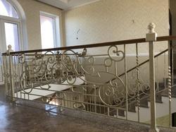 Кованые перила для лестницы с поручнем из ясеня