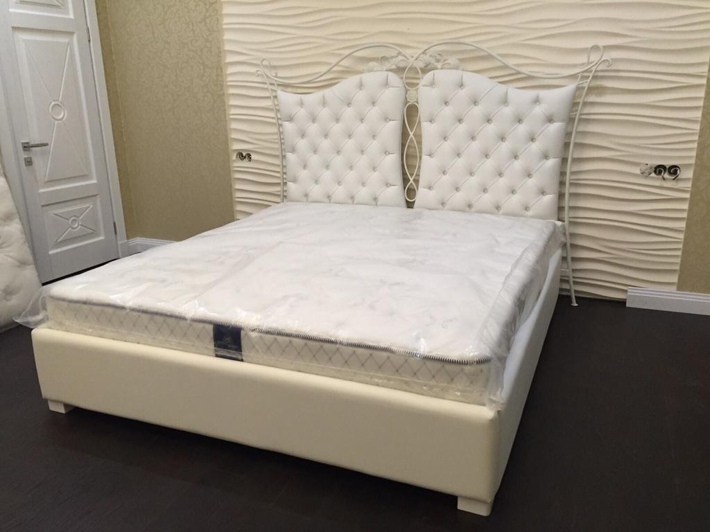 Кровать с каретной стяжкой и элементами ковки