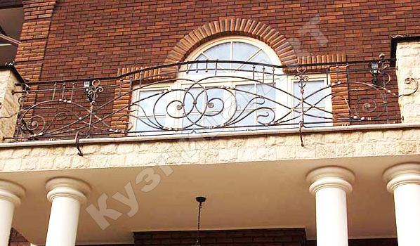 Балкон с коваными ограждениями