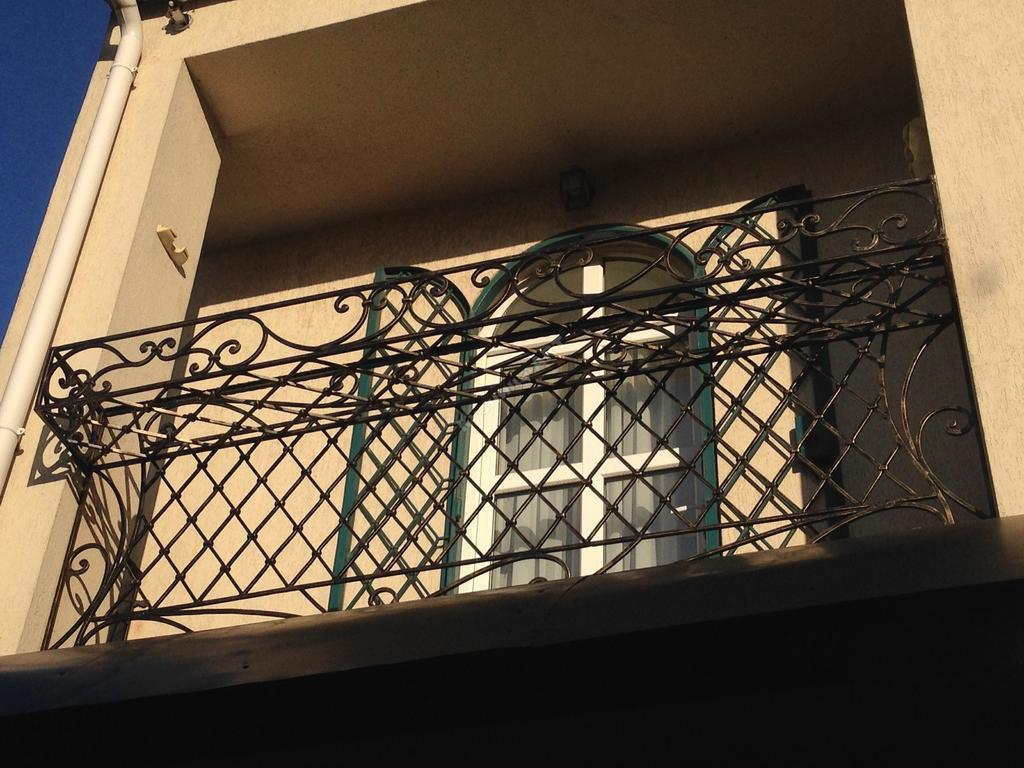 Балкон с цветочницей