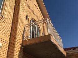 Белый кованый балкон