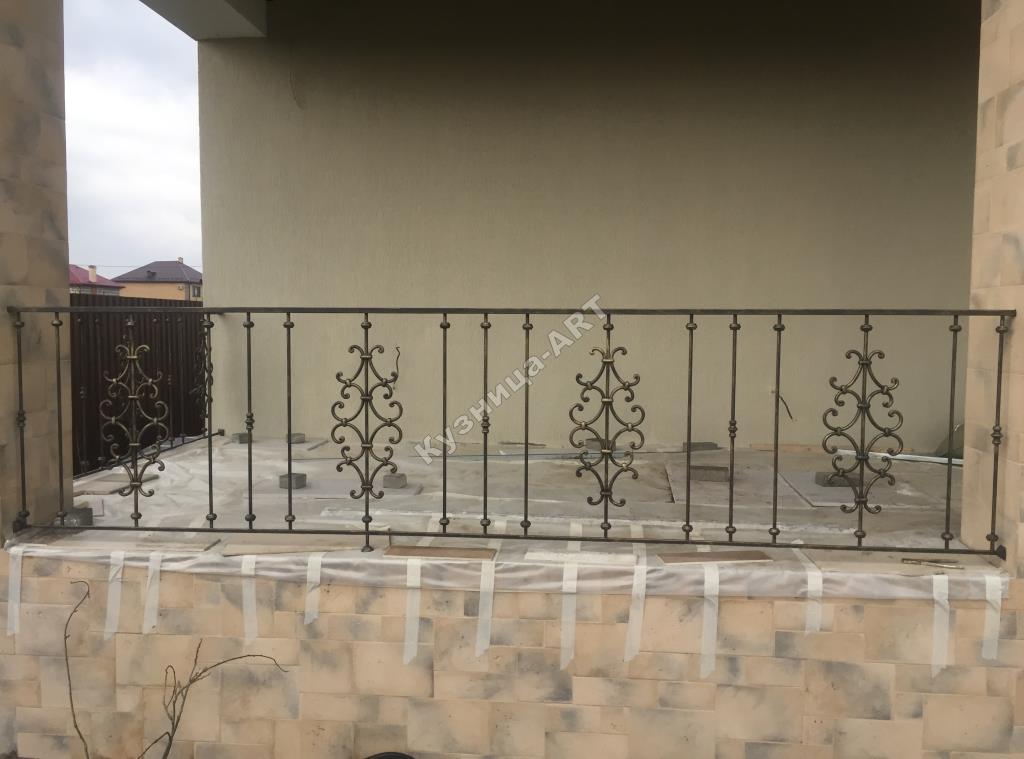 Перила балкона с коваными вставками