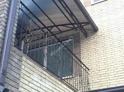 Перила для балкона с элементами ковки