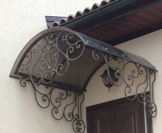 Кованый козырек с классическим орнаментом