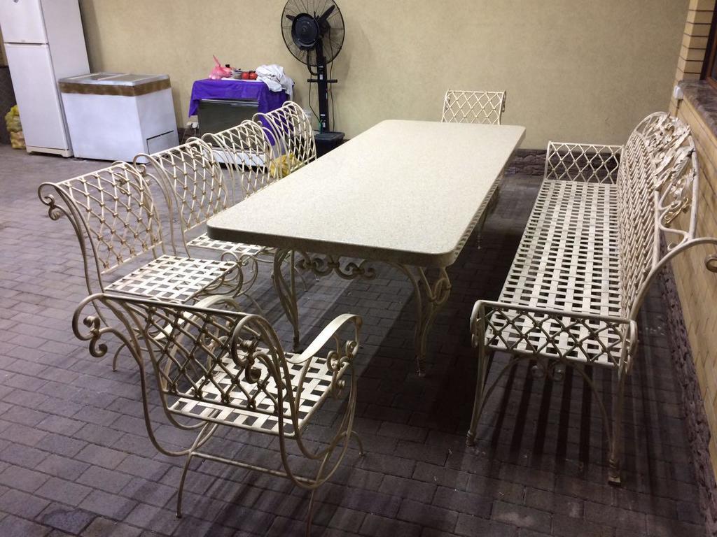 Кованый стол, скамья и стулья