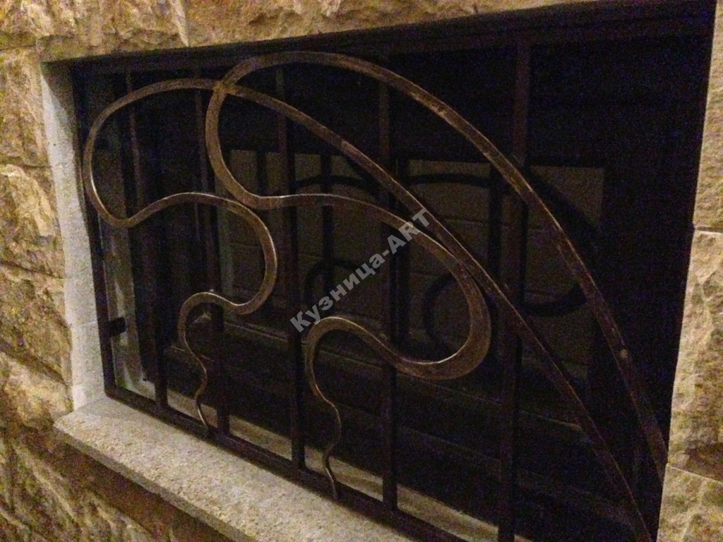 Кованые решетки цокольного этажа