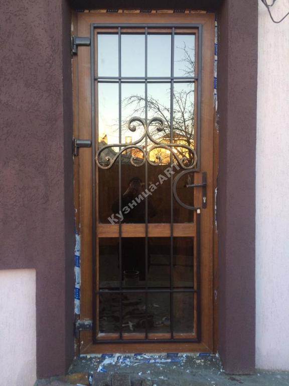 Кованая решетка на пластиковую дверь