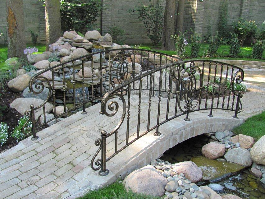 Кованые перила садового мостика