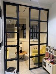 Стеклянная перегородка для балкона в стиле лофт