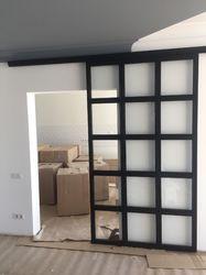 Раздвижная стеклянная перегородка в квартиру