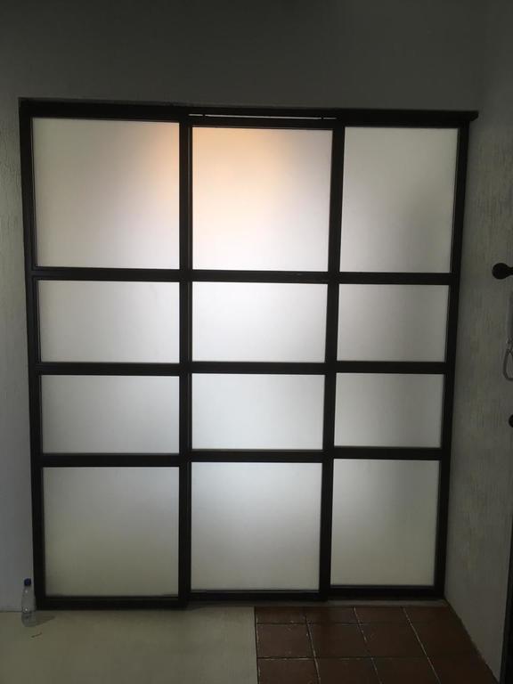 Раздвижная стеклянная перегородка с матовым стеклом
