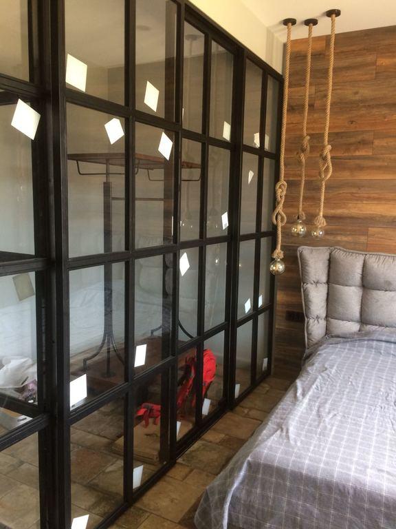 Стеклянная перегородка спальной зоны