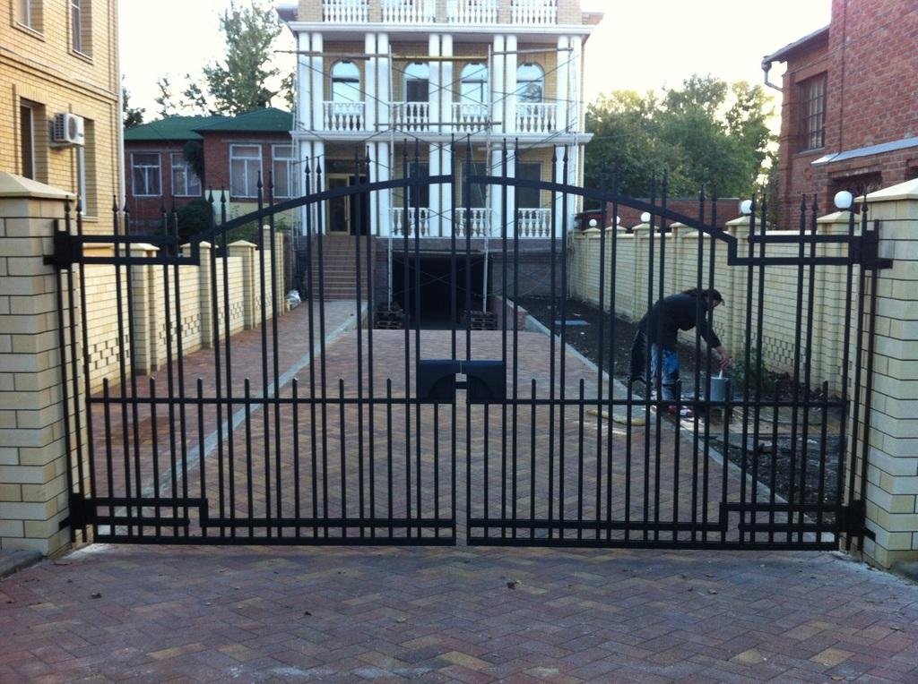 Кованый забор, ворота, и калитка с пиками