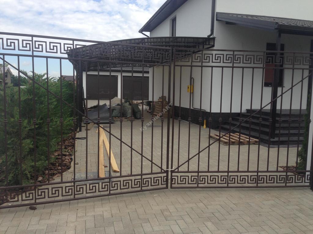 """Кованые ворота и секции с """"меандром"""""""