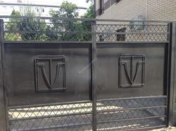 Ворота и забор с коваными вставками