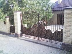 Кованые ворота и калитка подшитые чеканенным листом