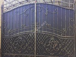 Кованые распашные ворота с инициалами