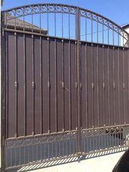 Распашные ворота с коваными элементами