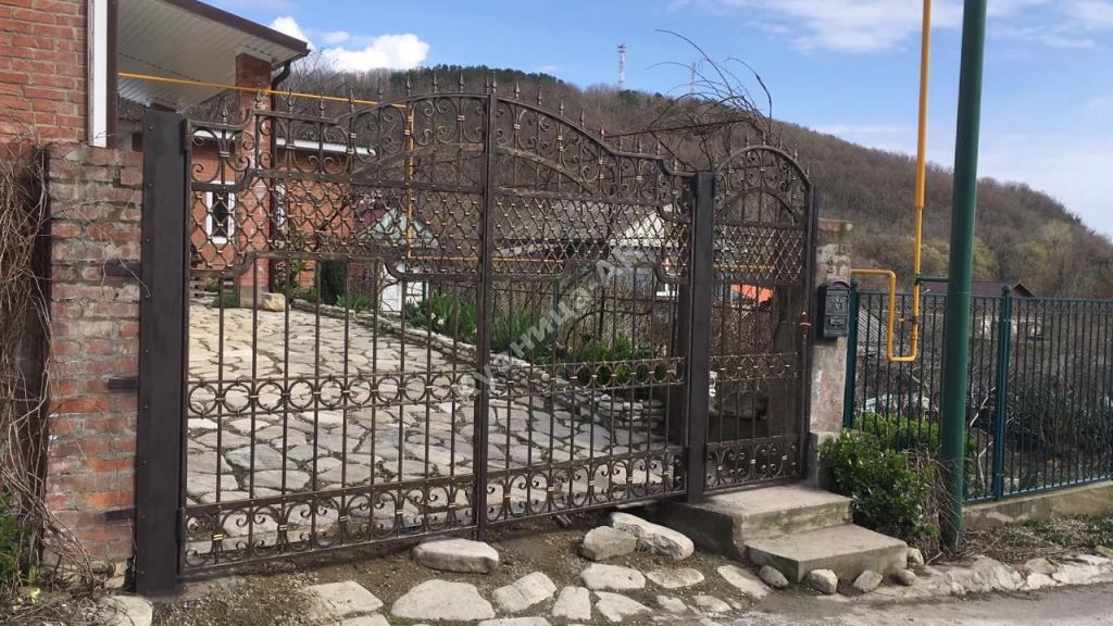 Кованые ворота и калитка с французской сеткой