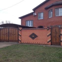 Кованые ворота и калитка подшитые профлистом